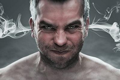 Ein wütender Man, aus dessen Ohren Rauch austritt.