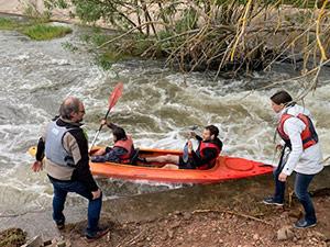 Mitarbeiter der Eresult GmbH steigen in ein Kanu und rudern los.