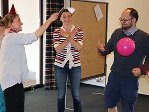 Drei Mitarbeiter der Eresult GmbH spielen ein Teambuilding-Spiel am Teamtag.