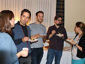 Mitarbeiter der Eresult GmbH essen zusammen und unterhalten sich am Teamtag.