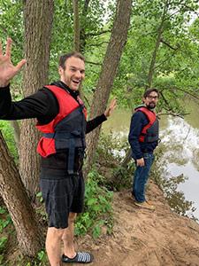 Zwei Mitarbeiter der Eresult GmbH am Ufer eines Fluss.