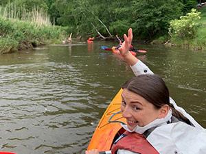 Elske Ludewig in einem Kanu auf einem Fluss.