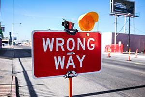 """Rotes Schild mit der Aufschrift """"WRONG WAY""""."""