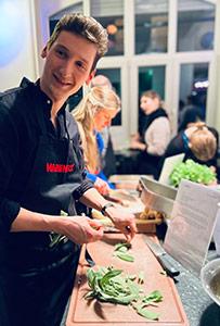 Joschka beim Kochkurs beim Teamtag.