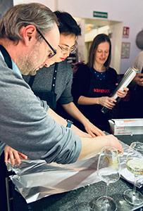 Jan, Simon und Melanie beim Kochkurs am Teamtag.