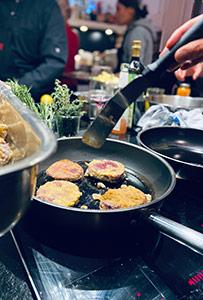 Braten der Rote Beete Schnitzel beim Kochkurs am Teamtag.