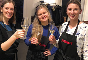 Melanie, Constanze und Elske mit Weinglässern am Teamtag.