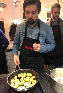 Richard beim Kochkurs am Teamtag.