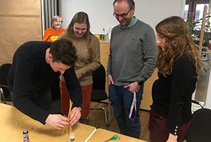 Mitarbeiter bei der Marshmallow Challenge am Teamtag.
