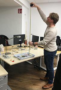 Ausmessen des Spagetthi-Turms beim Strategieworkshop am Teamtag.