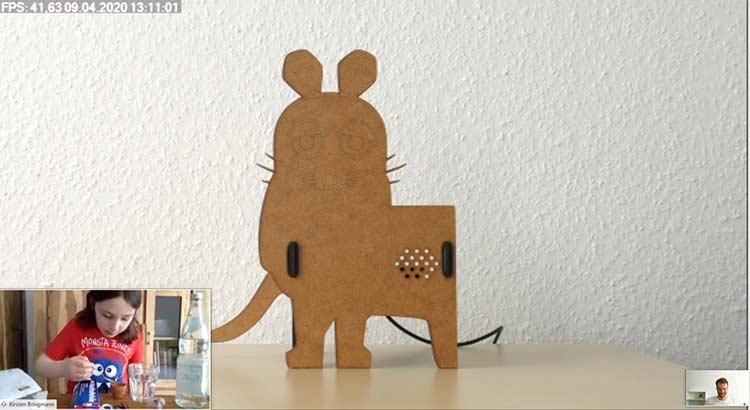 Screenshot eines Nutzertests mit Prototyp und junger Testerin im Ramen eines virtuellen Design Sprints für die Sendung mit der Maus.
