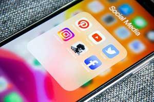 Handy mit Social Media Apps auf dem Bildschrim