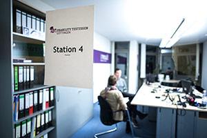 Usability Testessen Station 4 durch Glastüre fotografiert