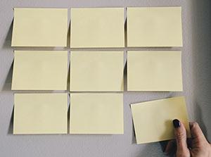 Card Sorting mit gelben Klebezetteln