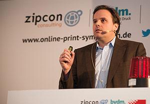 Thorsten Wilhelm hält einen Vortrag.