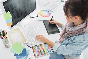 Designerin arbeitet an Ihrem Arbeitsplatz.