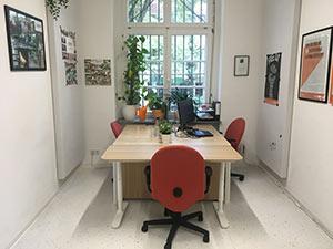 Innenansicht: Büro mit Tisch und drei Stühlen