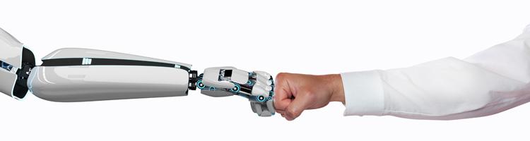 Roboter-Hand schlägt mit menschlicher Hand ein