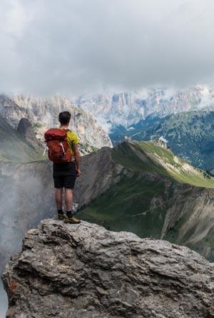 Mensch in den Bergen, auf einem Gipfel