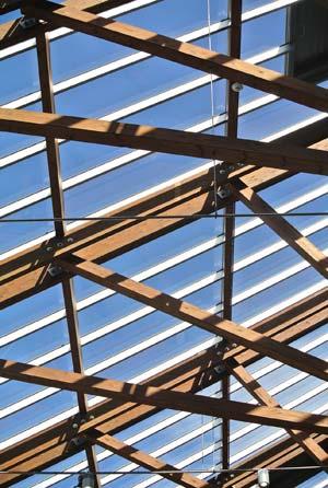 Foto von einem schönen Dachstuhl-Design mit Blick in den Himmel
