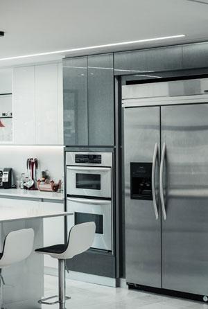 Modern ausgestattete Küche und Kühlschrank mit Display