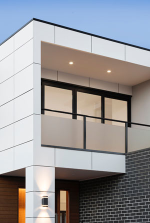 Modernes Haus von außen mit intelligenter Lichtanlage