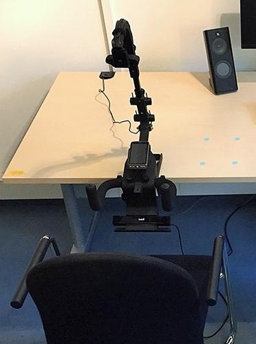 Abb. 5: Eyetracking auf dem Smartphone mit dem X2-30 von Tobii und dem Device Stand. Die Sensorleiste ist am unteren Ende eingebaut.