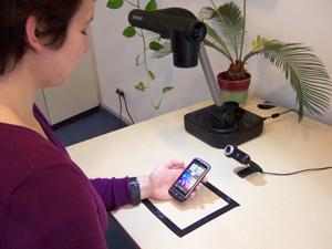 Eine Persn sitzt vor einem Computer und führt einen UX-Test durch, während eine weitere Person sie beobachtet.