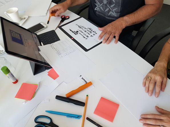 Foto des F24 Prototyping Workshop. Tisch mit Schreibutensilien.