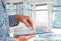 Das Bild zeigt eine Person mit einem Tablet in der Hand.